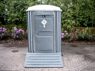 Minder valide toiletcabine met oprijplaat