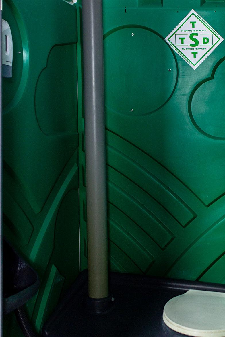 Mobiele toiletcabine met spoeling binnenkant spoelbak