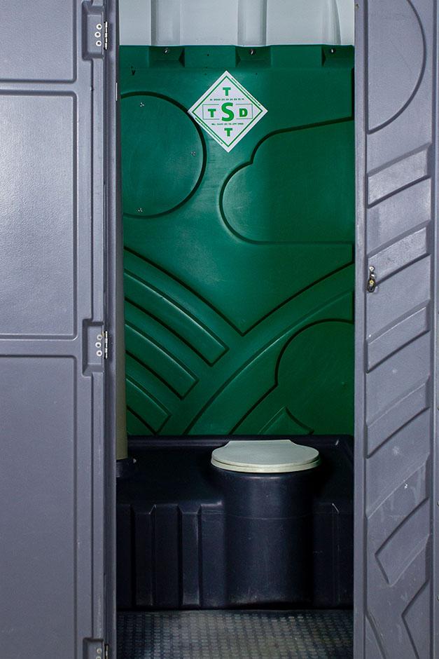 Mobiele toiletcabine met spoeling binnenkant