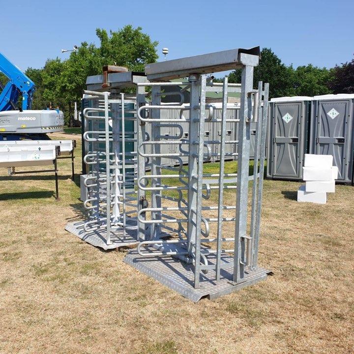 Toiletten met poortjes en hekken